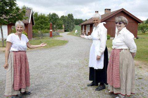 VELKOMMEN!: Kirsten Trømborg (fra venstre), Grete Ovenstad og Lilly Svenne håper på godt besøk når Lier Bygdetun holder søndagsåpent i hele sommer.