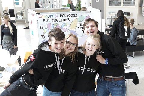 Fornøyde: Tranby-elevene foran presentasjonen sin i Finland. F.v. Sverre Strand, Mari Lyngås, Ellen Pernille Olsen og Henrik Strandrud Bjørnøy. Foto: Privat