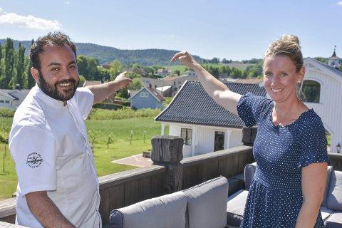 Kort vei: Ivan Hame fra Svensefjøset og Marte Bergsland fra Lier kulturscene peker på akkurat hvor kort avstand det er mellom de respektive stedene. – Det er ikke lange gåturen, sier Marte.