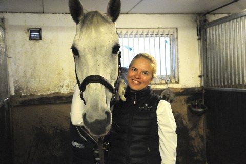 Med base i Lier: Martine Eknes Hegna og hesten Zoroya Z tilbringer mange timer sammen på Linnesvollen hver uke.  – Det hender vi også tar turen oppover i skogen fra Undersrud, forteller 19-åringen fra Hurum, som i store deler av sesongen bor på Linnesvollen.