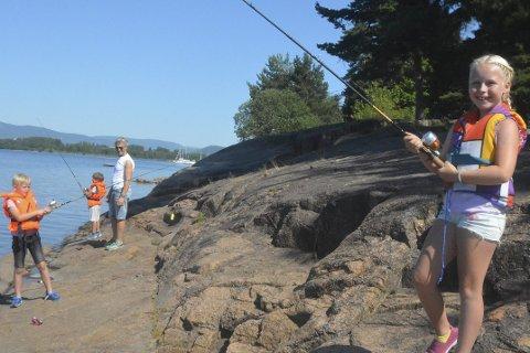 Skitt fiske: Til tross for varm, daff fisk er Thelma Brattegaard (t.h.) positiv.