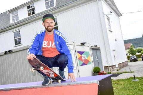 Sommer i BUA: Håvard Sagmoen håper mange vil komme innom BUA i sommer, og minner om den nye skaterampen som er kommet på uteområdet.