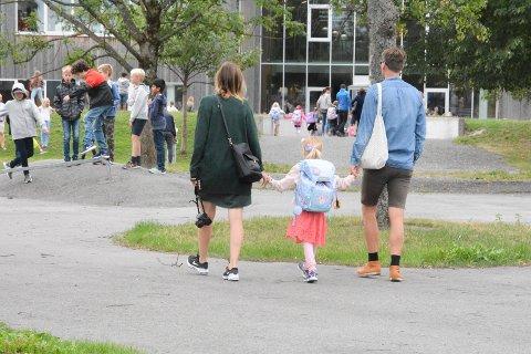 STENGER: Regjeringen harr besluttet å stenge alle landets skoler og barnehager. her fra første skoledag på Høvik i 2018.