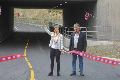 KLIPP: Ordfører Gunn Cecilie Ringdal og Nils Chr. Gevelt klippet snoren, og erklærte Gjellebekkveien og den nye undergangen for åpnet.