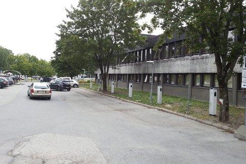 Tom parkering: Bildet er tatt mandag 6. august. Det viser blant annet to biler som forgjeves leter etter parkeringsplass, mens den kommunale parkeringsplassen med de elektriske punkter står helt tom. Foto: Privat