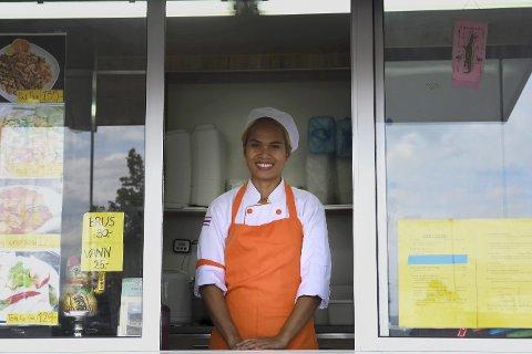 MATVOGN: Ann serverer klassiske thailandske retter. Hun finner inspirasjon på internett, men gjør alle rettene om til sine egne. Hun forteller at de mest populære er vårruller og Pad Thai. All maten blir laget i vogna, rett etter at bestillingen har kommet inn. Foto: Guro Haverstad Torgersen