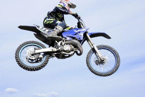 Sterkt løp på hjemmebane: Marius Grorud kjørte fort, hoppet langt, og disponerte kreftene bra under NM i motocross på hjemmebane i Leirdalen.