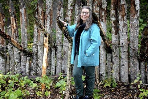 ENTUSIAST: Siv Tove Tangerud Andersson har hatt historie som hobby hele livet. Nå har hun samlet hendelsene Gjellebekk Skanse mellom to permer. Her ved palisaden som ble reist i forbindelse med 300-årsjubileet i 2016.