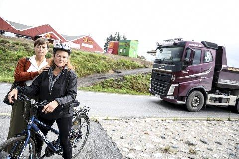 TILTAK: Kathy Lie (til høyre) og Tove Hofstad ønsker tryggere kryssing av gang- og sykkelveier.FOTO: PÅL A. NÆSS