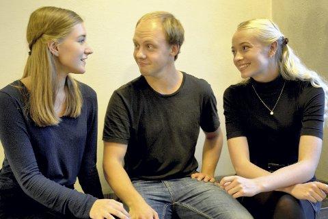 SER FREMOVER: Idealistiske 22-åringer vil sørge for et viktig teatertilbud til barn og unge i distriktet. Peter Kolbjørnsen fra Tranby flankeres av Helene Nordbye Nybø og Maja Christiansen.