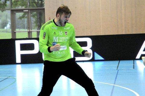 Sterk kamp: Sander Heieren imponerte i SHK-målet i seriepremieren. Her har Heieren nettopp reddet en av flere straffer fra bortelaget Sandnes.