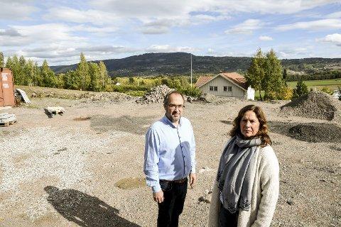 RIGGPLASS: Per Christian og Gry Karina Karlsen på den omtalte eiendommen kommunen vil tilbakeføre til LNF. Deler av den brukes nå som riggplass i forbindelse med bygging av gang- og sykkelvei langs Eikseterveien. I april2019 møter de kommunen i rettssalen.