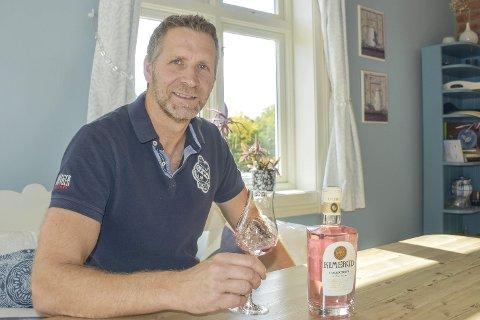 Think pink: Det passer godt å fylle noen dråper pink gin i glasset når solen smyger seg inn vinduet på kjøkkenet hos Ståle Håvaldsen Johnsen.
