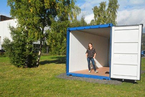 Kunst: Konteinerne er på plass på gressletta på Lierstranda. Kunsten skal stå klar til åpningsdagen 23. september, og vil være tilgjengelig 24 timer i døgnet til november, sier prosjektleder Nina Guzman Toft. Foto: Guro Haverstad Torgersen