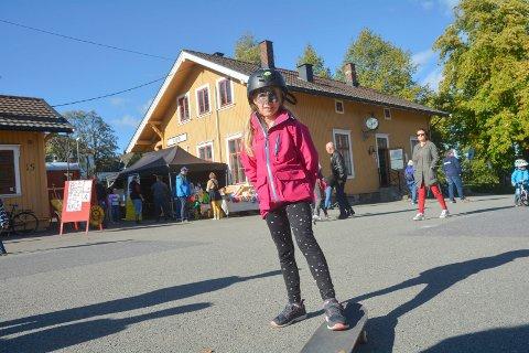Koste seg: – Jeg har fiksa negler, spist vaffel, tatt bilde, prøvd skateboard og stylter, sier Malin Vilhelmshaugen Lund.