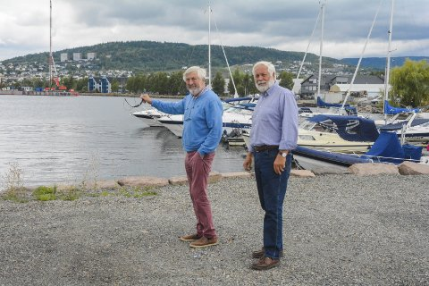 MÅ FLYTTE: Per Otto Olsen (t.v.) og Kåre L. Gulhaugen i Lier Båtforening må forlate havna i Gilhusbukta som de er så glade i. Heldigvis har de fått tilbud om en ny lokasjon.