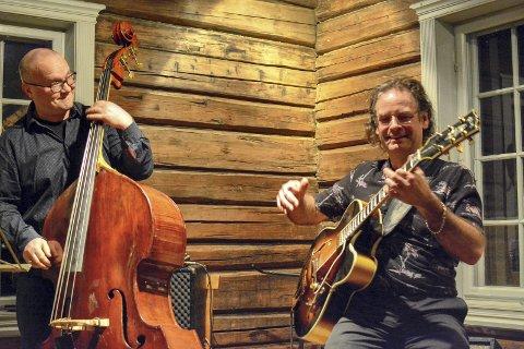 FRODE + FRODE = sant: Frode Kjekstad fra Egge (gitar) og Frode Berg fra Sylling (bass) leverte jazzvarene til stor begeistring for publikum i skjenkestua på Lier Bygdetun.