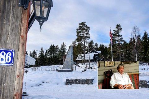 STRID OM BAUTA: Denne bautaen er plassert ved Haugstua, men må trolig fjernes. – Jeg er skuffet, sier Knut Olaf Kals (innfelt). FOTO: PÅL A. NÆSS/CECILIE JOHANNESSEN