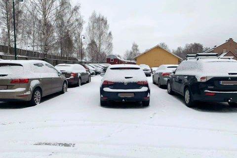 Litt god plass? Flere kunne not fått parkeringsplass på stasjonsområdet om bilene parkerte noe nærmere hverandre.
