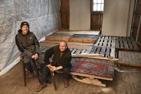 DRØMMEN BRAST: I fjor høst lanserte Rudi Remme (til venstre) og Thomas Gravdal ideen om en musikklubb for ungdom på Vestre Kjenner aktivitetsgård. Nå jakter de på et nytt sted å være. Arkivfoto: Stein Styve