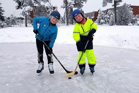 GØY: Brødrene Vegard (12) og Ole Hennum (8) er to av dem som er ivrige på isen.