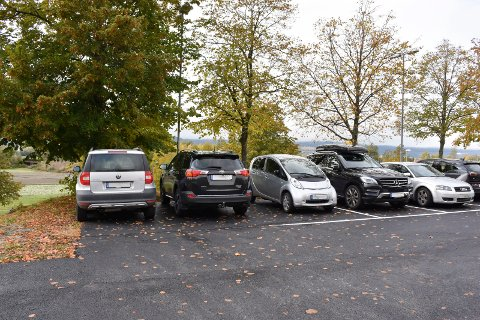 """""""Annerledes"""" parkeringsplass: Det var endel som stusset på inndelingen etter oppmalingen av plasser i oktober. Nå skal det rettes på."""
