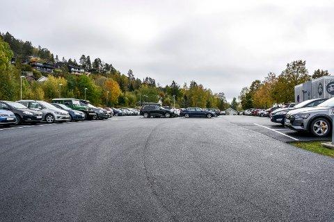 Etter asfaltering og oppmerking av plasser på pendlerparkeringen på Lier stasjon er det blitt mer plass, men færre parkeringsplasser.