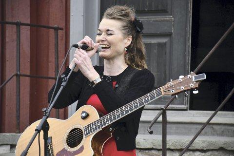 TOVE PÅ TUNET: Sist Tove Bøygard sang på Lier Bygdetun var under årets 1. maiarrangement. Neste onsdag tar hun med seg gitaren inn i skjenkestua.