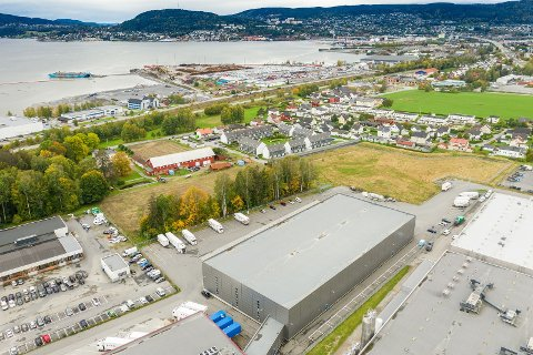 100 MILLIONER: Eiendommen er i overkant av 30 mål stor. Lagerbygget opptar ca. 10 mål av plassen. Jordet tilhører også eiendommen.
