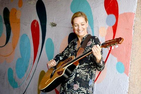 DON'T LOOK BACK: Elin Eggen tok opp gitaren for to år siden, og har ikke sett seg tilbake siden. Med eget band og egenkomponerte låter, holder hun hyppig konserter i området. 2. november står Elin på Studioscenen i Drammens teater.