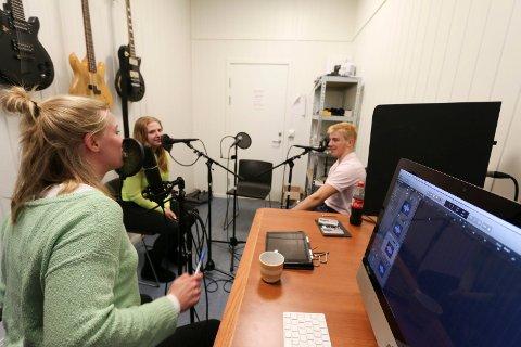 I STUDIO: Kim Muriaas (17), Ingvild B. Berget og Lillian Jeanette Wøien (18) er klare for innspilling av den niende episoden av podkasten Raadet..