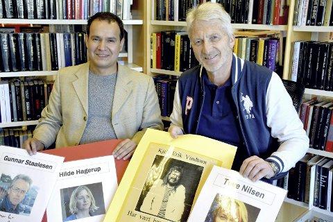 JUBILEUM: Lærerne Lars Kolle (til høyre) og David Rivelsrud har invitert forfattere til Tranby skole i 20 år. Her med noen av de i alt 50 forfatterne som har besøkt skolen. Foto: Stein Styve