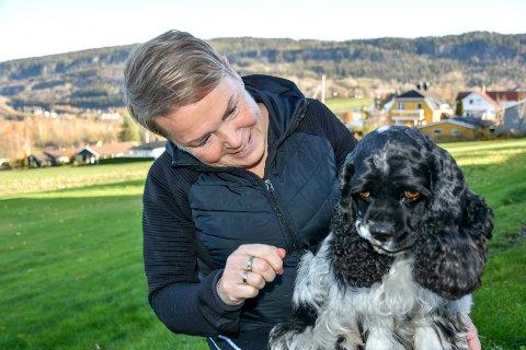 Årets besøkshund Vilje og matmor Liesl Mindt.