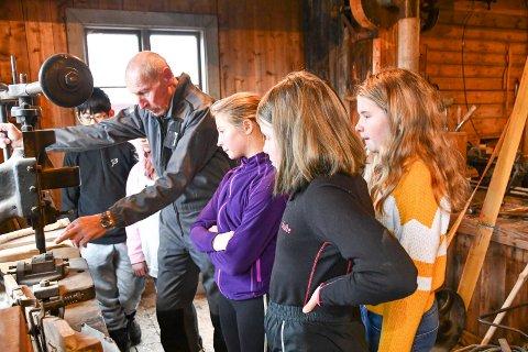 RARE MASKINER: Oddevall-elevene likte å se hvordan de gamle maskinene på Perse-verkstedet virker. De fikk høvle og slipe til sin egen brødfjøl, som de fikk med hjem etter besøket på bygdetunet.