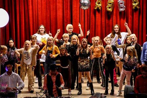 DANCING QUEENS: Det formelig eksploderte i musikk, dans og drama da Tranby skolekorps holdt ABBA-show for et stappfullt Haugestad forrige søndag.