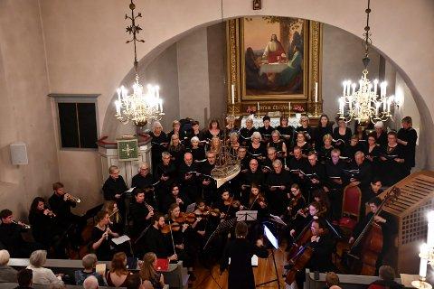 STORSLÅTT: 40 sangere og 20 musikere sørget for trøkk og volum under fremføringen av barokk kormusikk i Frogner kirke søndag. Konserten ble en triumf for tranbykoret Vice Versa.