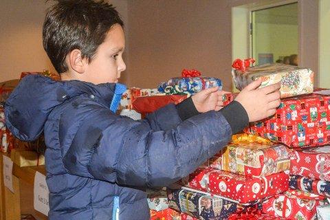 Fra barn til barn: Tobias Vermeulen (8) synes det er fint å kunne bidra til at et barn blir ekstra glad på julaften når gaven fra Kjellstadgutten blir pakket opp. - Hadde jeg hatt en million kroner ville jeg gitt det til fattige barn, forteller Tobias.