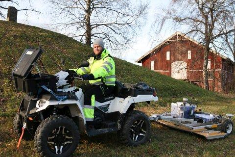 ÉN GRAVHUG ER SKANNET: Ole Jørgen Halle fra Terratec har allerede skannet ferdig den nordre gravhaugen på Huseby gård.