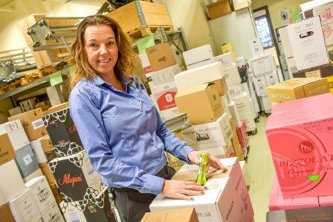 Må fylle opp: Det blir stadig tomme hyller hos Vinmonopolet på Liertoppen. – Da er det fint å ha et velfylt lager, sier butikksjef Marianne Pederssen.