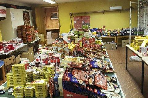 Bugnende bord: Det var mye matvarer som skulle fordeles på julekurvene.