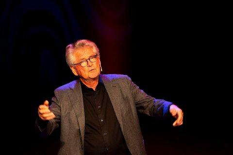 UNDERHOLDENDE: Nils Vogt viser seg som en mye blidere kar en Karl Reverud. Han hadde mange morsomme historier på lur fra tiden i Mot i Brøstet.