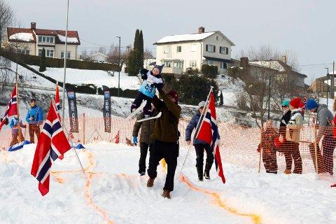 I år kunne løperne ikke bare gå på ski, men også hoppe! Det ble populært.