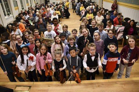 KLARE FOR KONSERT: Lett nervøse, men klare foran debuten. De yngste elevene på Lier kulturskole samlet på Haugestad for Diplomkonsert forrige fredag.