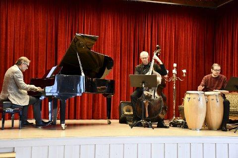 LATINO-JAZZ: Det er rytmisk, det er dansbart, det er sensuelt. Sverre Indris Joner (piano), Ole M. Melhuus (bass) og Marius Bastiansen (congas) spilte fengende cubansk musikk på Fruene Haugestad forrige lørdag.