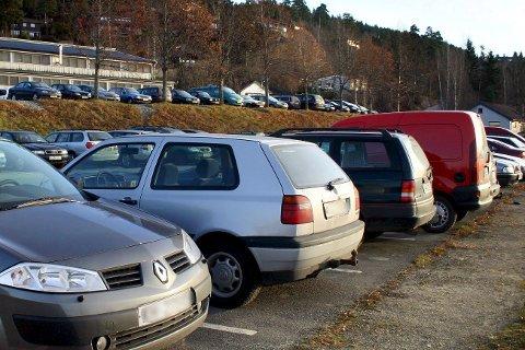 TRANGT: Det ser ikke ut som det er plass til å parkere på stasjonen. Den ser stappfull ut. Så blir vi tvunget til å kjøre når vi skal ut av bygda? Eller er vi feilinformert, skriver Kari fra Engersand
