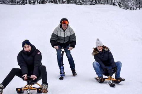 Klare til dyst: SHK-trener Glenn Solberg (t.v.) og BUAs Rune Bjelkarøy og Trine Olafsen i full fart ned akebakken. arkivfoto