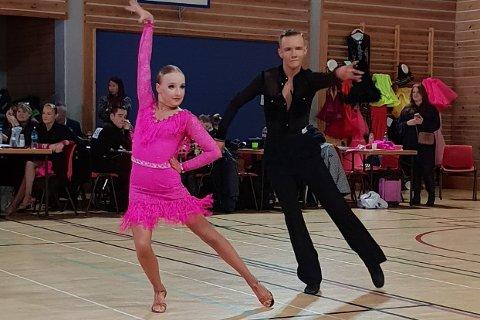 Sesongdebuterte på hjemmebane: Ole Gunnar Eriksen og dansepartner Adele Rieger går en spennende sesong i møte. Duoen håper å kunne kvalifisere seg til tre verdensmesterskap i løpet av året. Søndag sesongdebuterte de med en 2. plass i latin østlandsserien på Lierbyen skole.