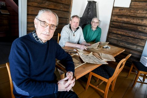 OMFATTENDE: Forfatter John Willy Jacobsen (fra venstre), historielagets leder Thor Sørli og tidligere lensmann Arne Lauvålien er godt i gang med arbeidet, men ønsker å komme i kontakt med personer som kan bidra. FOTO: PÅL A. NÆSS