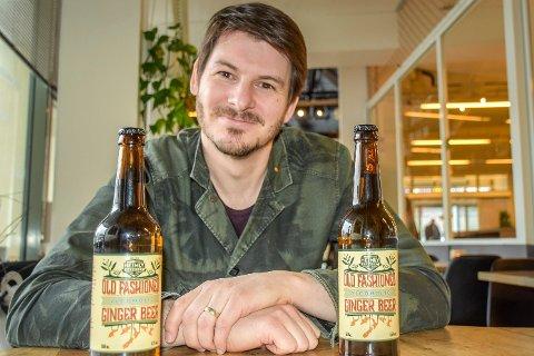 Forteller en historie: Også etikettene til ingefærølet fra Heimly Brewery forteller en historie. Det er svogeren til James Wallace som har designet dem, og hvis du ser nøye etter vil du se at en av ingefærene som henger under navnet, har samme form som New Zealand på kartet.