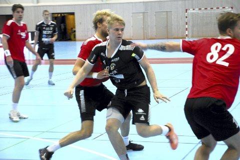 Ungguttas dag: St. Hallvard stilte med fem spillere under 20 år i kampen mot OSI. Her er det 19-årige Håvard Skille Midtgård som løper seg gjennom OSI-forsvaret.